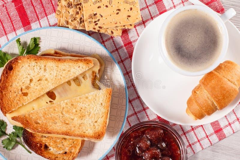 Tazza di caffè e croissant sul piattino, ciotola di vetro con strawberr fotografie stock libere da diritti