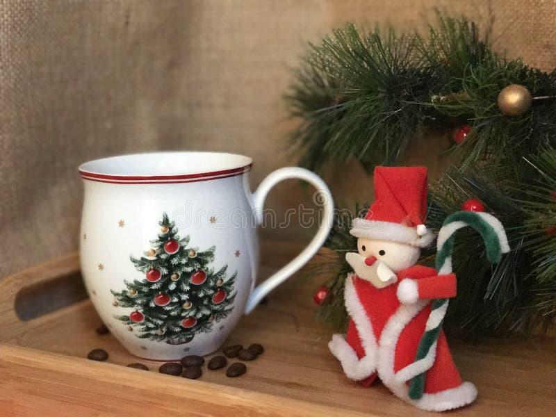 Tazza di caffè e decorazione di natale immagini stock