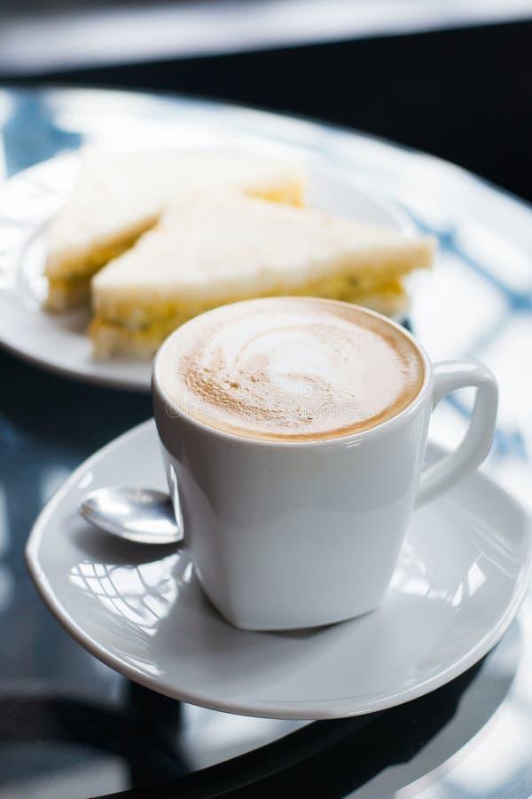 Tazza di caffè e panino fotografie stock libere da diritti