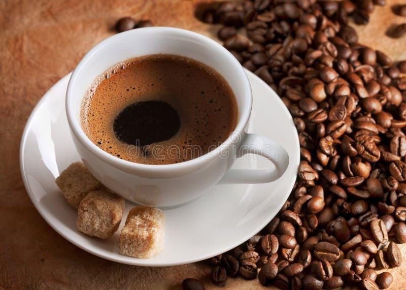Tazza di caffè e semi di cacao torrefatti fotografia stock