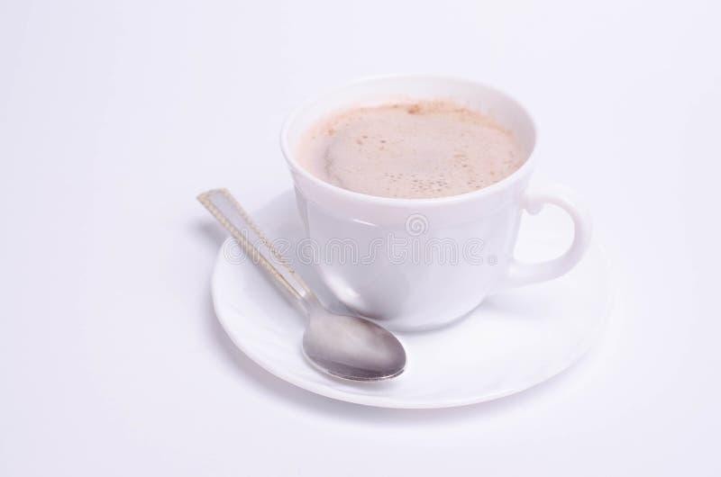 Tazza di caffè e su fondo bianco fotografia stock libera da diritti
