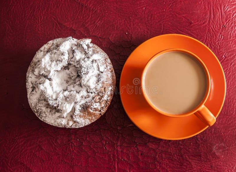 Tazza di caffè e torta con l'uva passa fotografia stock