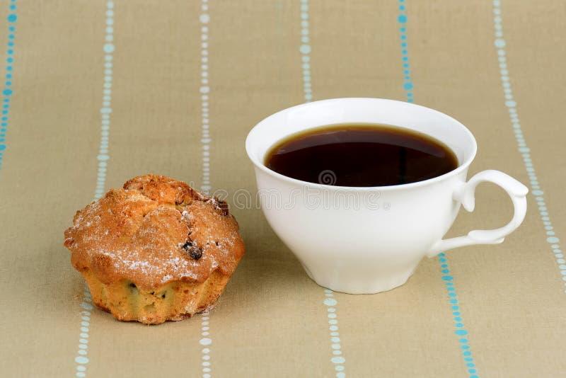 Tazza di caffè e torta con l'uva passa immagini stock libere da diritti