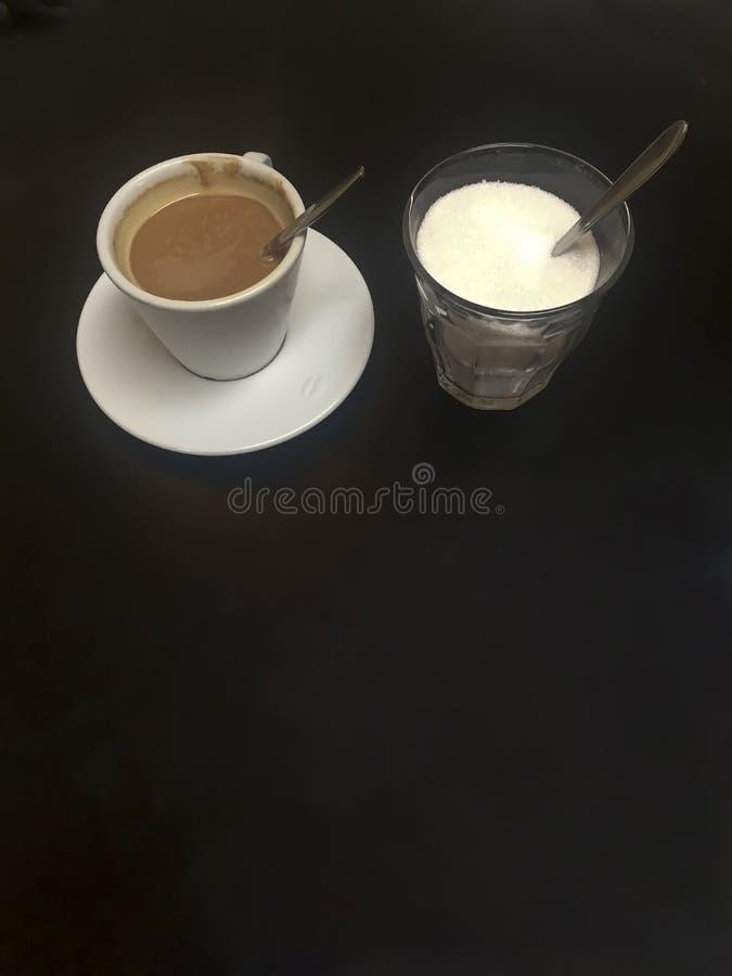 Tazza di caffè e un vaso dello zucchero fotografia stock libera da diritti