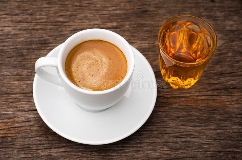 Tazza di caffè e vetro di ceramica bianchi superiori di tè fotografia stock libera da diritti