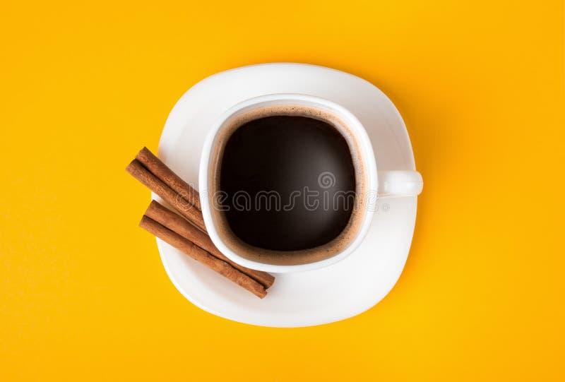 Tazza di caffè espresso fresco su fondo giallo, vista da sopra immagine stock libera da diritti