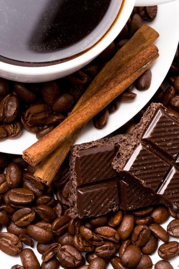 Tazza di caffè, fagioli, cannella immagini stock