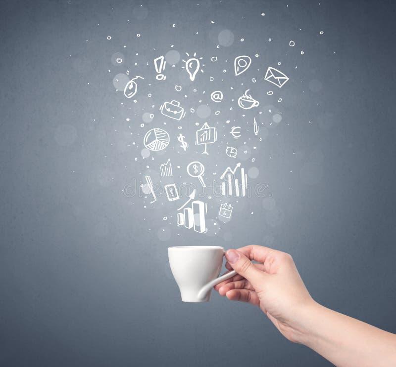 Tazza di caffè femminile della tenuta della mano immagine stock