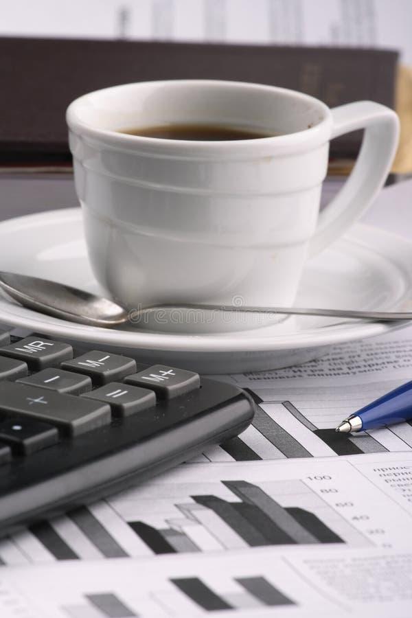 Tazza di caffè fragrante su un commercio del documento di mattina immagini stock libere da diritti