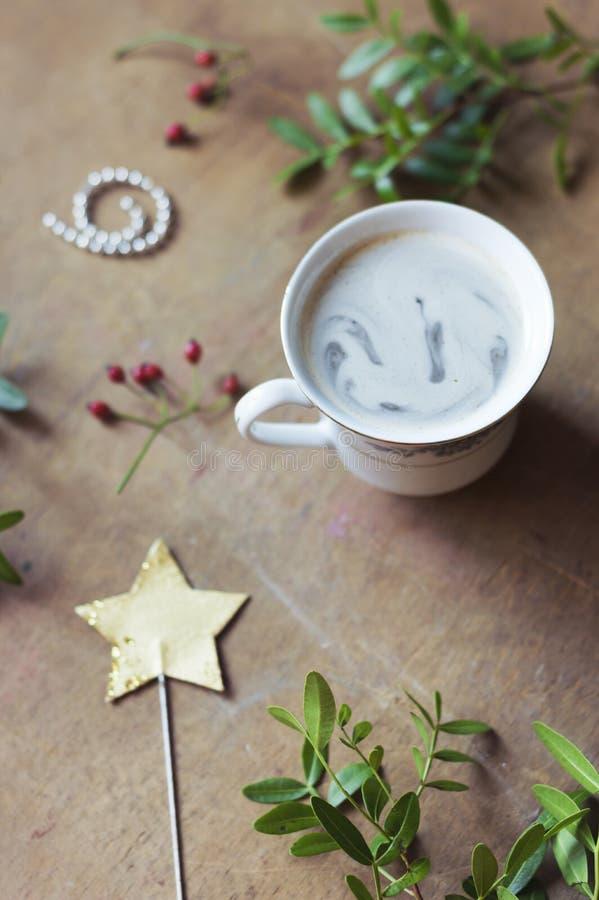Tazza di caffè fresca per cominciare lo spostamento di regalo fotografia stock libera da diritti