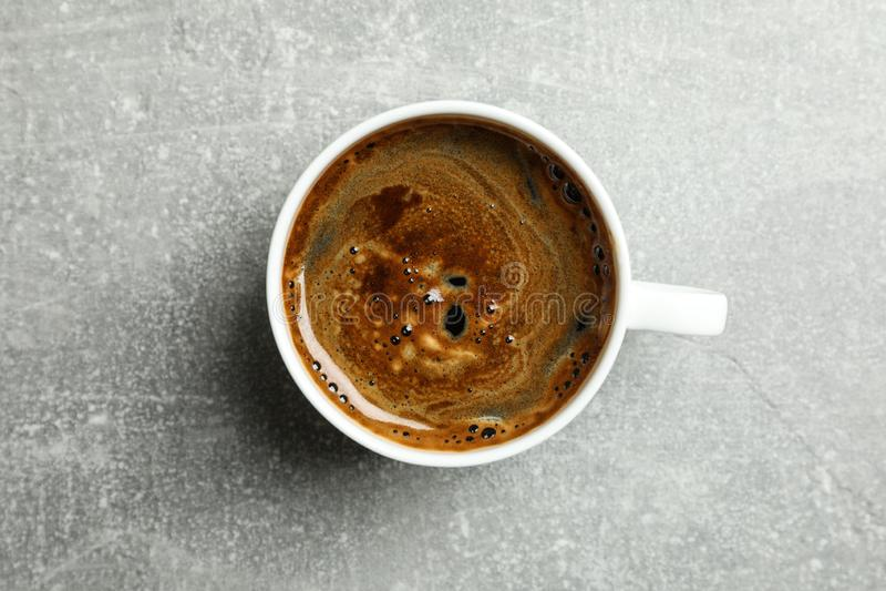 Tazza di caffè fresco sulla tavola grigia immagine stock