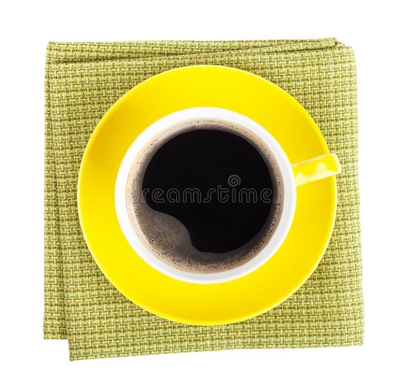 Tazza di caffè gialla sopra l'asciugamano di cucina fotografia stock libera da diritti