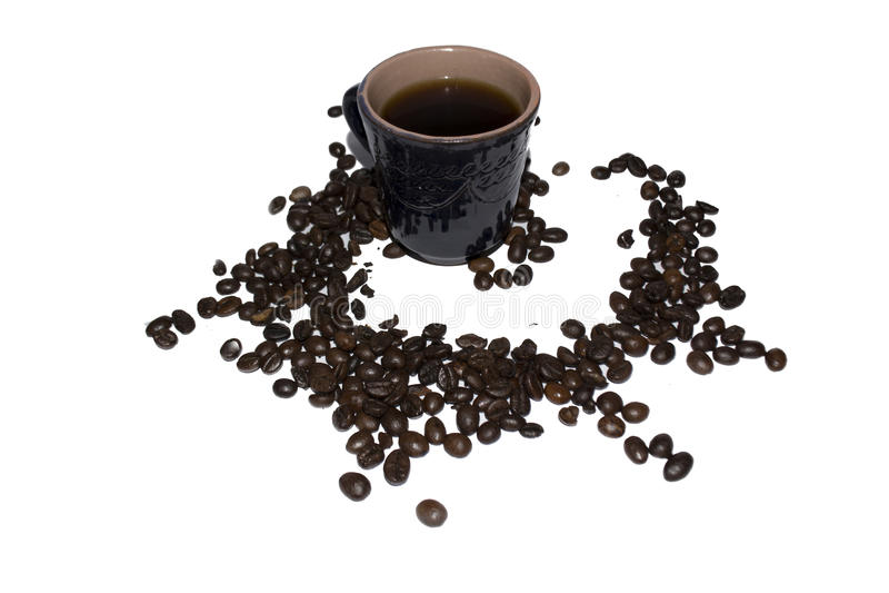 Download Tazza Di Caffè Grigia Dell'argilla Spruzzata Con I Grani Di Caffè Su Un Whi Immagine Stock - Immagine di spruzzato, tazza: 56890815