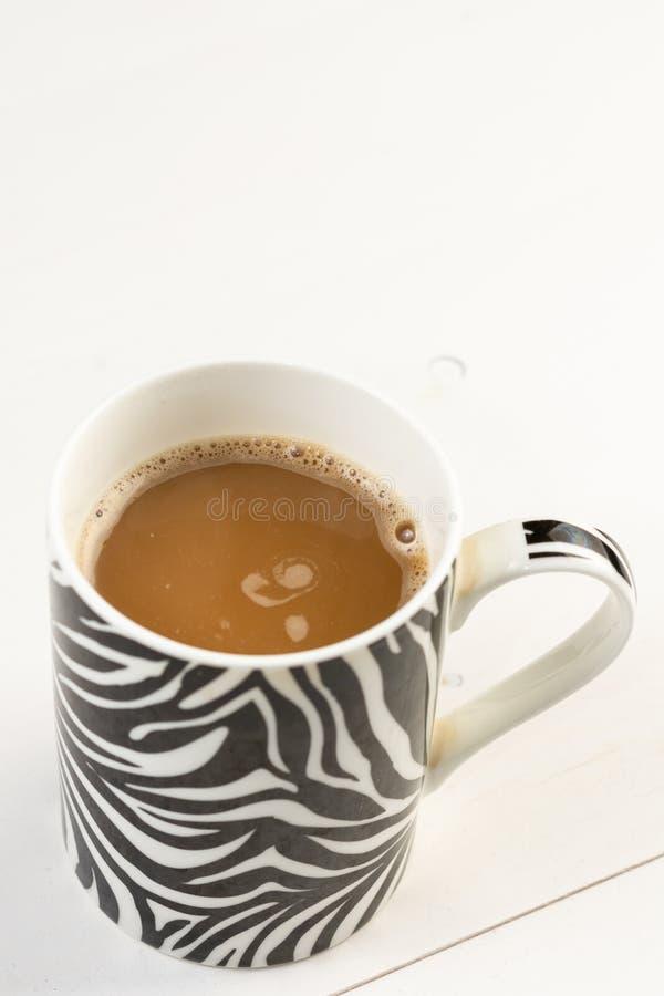Tazza di caffè isolata sopra fondo bianco fotografia stock libera da diritti