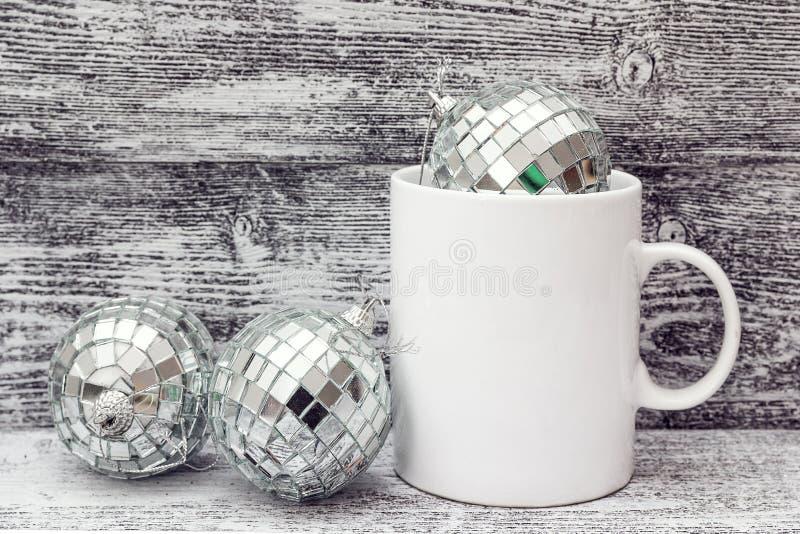 Tazza di caffè macchiato con le decorazioni di Natale - rispecchi le palle Stazione termale fotografie stock