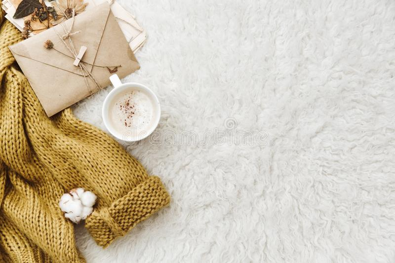Tazza di caffè, maglione caldo e busta Composizione piana in disposizione fotografia stock libera da diritti