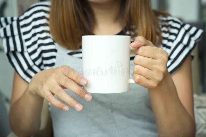 Tazza di caffè in mano della donna immagine stock libera da diritti