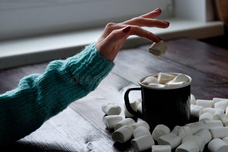 Tazza di caffè nera con le caramelle gommosa e molle fotografia stock