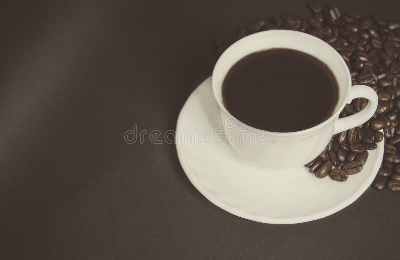 Tazza di caffè nero e dei chicchi di caffè fotografia stock libera da diritti