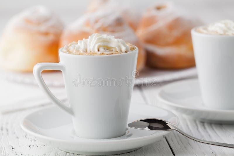 Tazza di caffè nero e del panino dolce per la prima colazione, primo piano fotografia stock