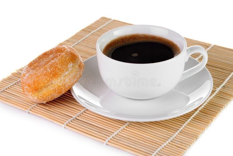 Tazza di caffè nero e di una ciambella fotografie stock