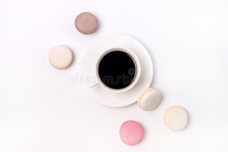 Tazza di caffè nero e di Macaron variopinto sui maccheroni bianchi del dolce di stile di disposizione del piano di vista superior immagini stock libere da diritti
