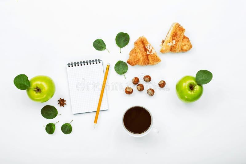Tazza di caffè nero, sketchbook con la matita immagine stock