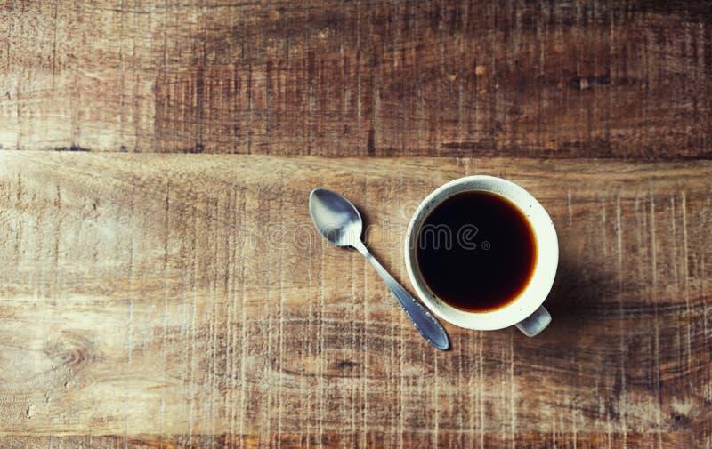 Tazza di caffè nero sulla tavola di legno rustica; visto da sopra immagini stock libere da diritti