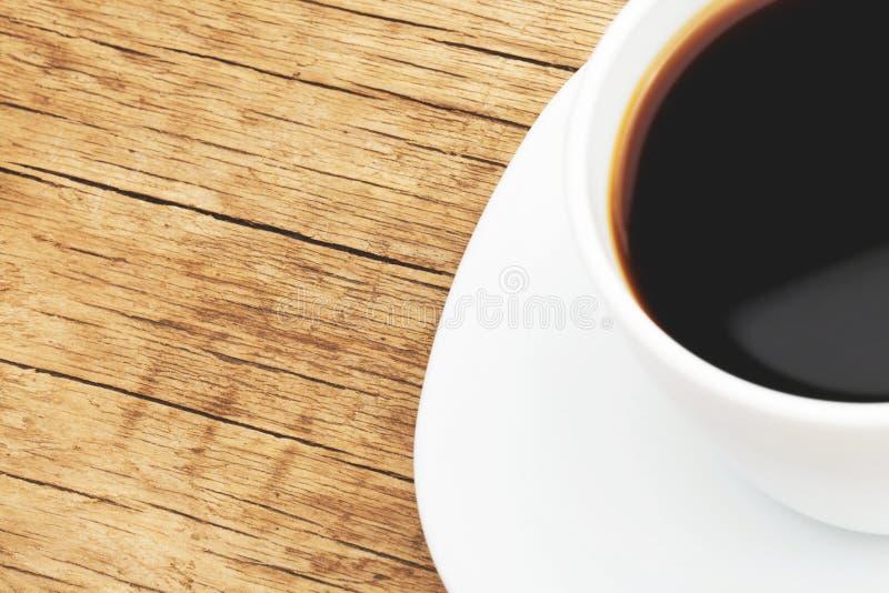 Tazza di caffè nero sulla tavola ordinata - colpo alto vicino dello studio Immagine filtrata: effetto d'annata elaborato incrocio fotografia stock libera da diritti