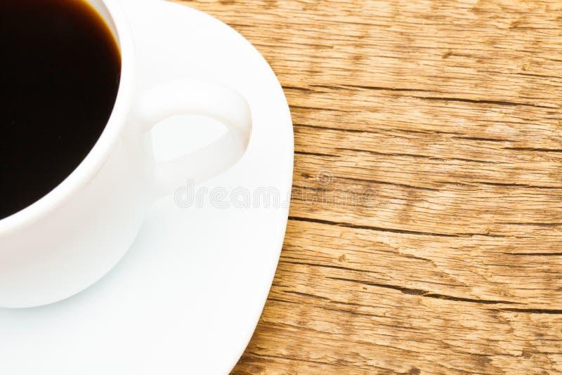 Tazza di caffè nero sulla vecchia tavola di legno - sparata dalla cima immagine stock libera da diritti