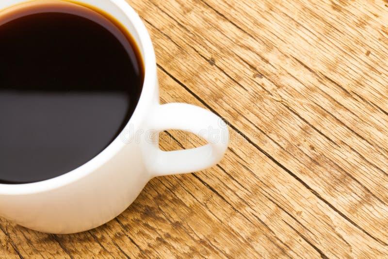 Tazza di caffè nero sulla vecchia tavola di legno - vista dalla cima fotografia stock