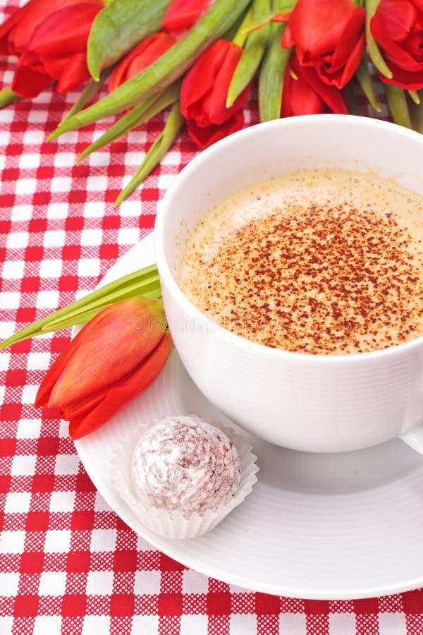 Tazza di caffè o cappuccino con il cioccolato del tartufo immagini stock libere da diritti