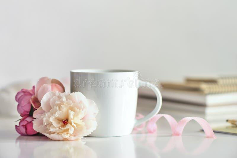 Tazza di caffè o tè sullo scrittorio funzionante immagine stock