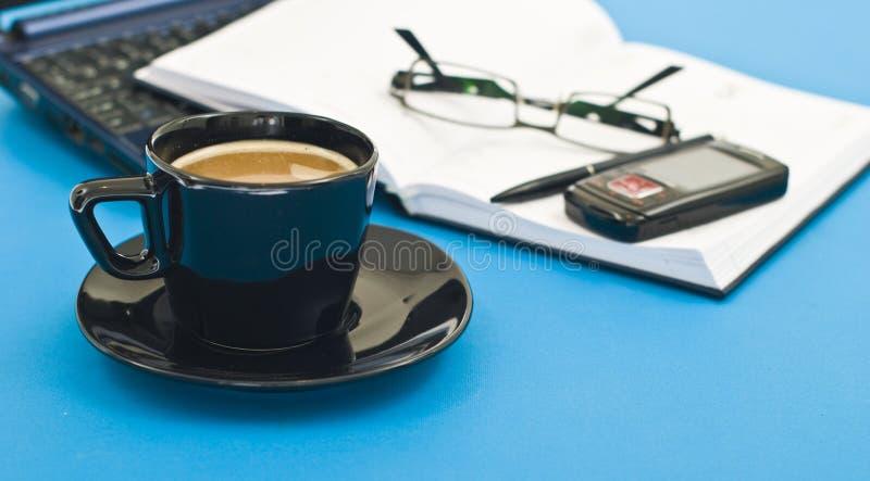 Tazza di caffè, penna, ordine del giorno e taccuino fotografia stock
