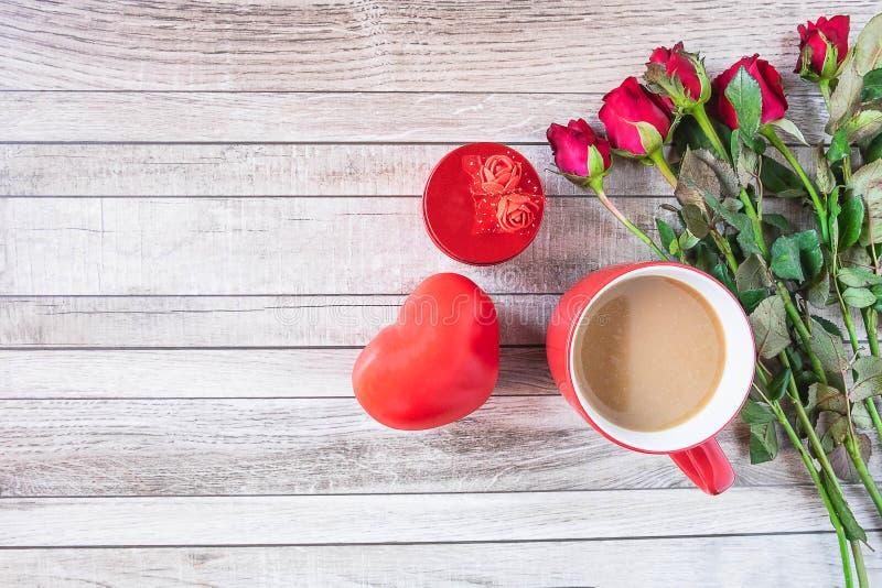 Tazza di caffè rossa con cuore ed il concetto di giorno di biglietti di S. Valentino della rosa immagini stock
