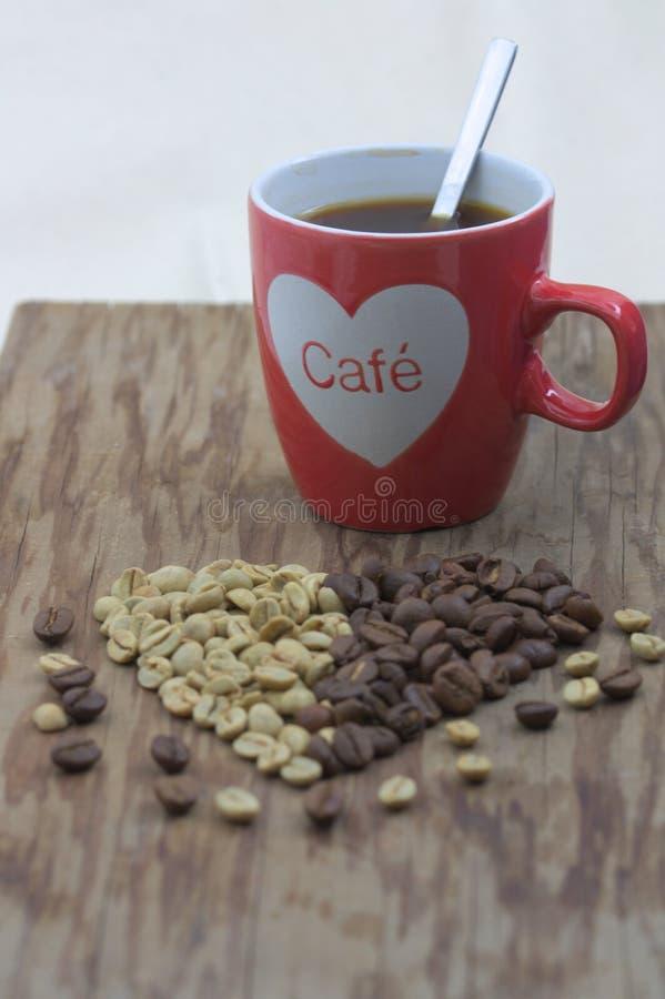 Tazza di caffè rossa con un cuore immagine stock libera da diritti