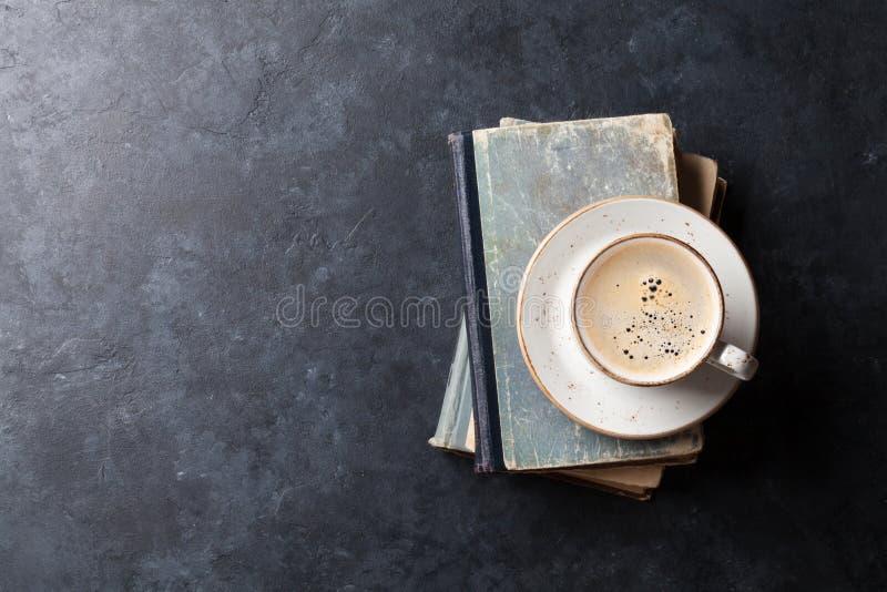 Tazza di caffè sopra i libri immagini stock