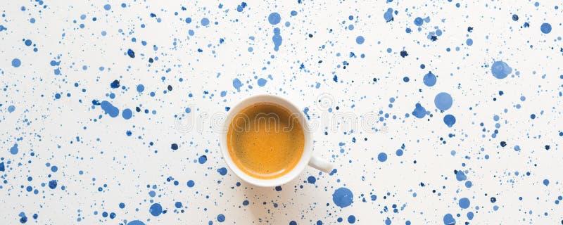 Tazza di caffè su fondo astratto Disposizione piana immagine stock