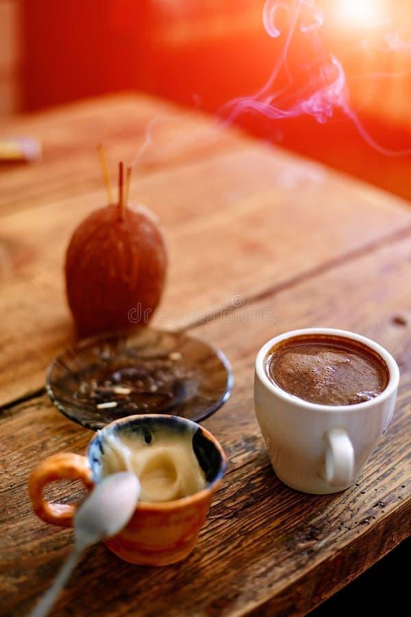 Download Tazza Di Caffè Su Un Fondo Di Legno Fotografia Stock - Immagine di foam, liquido: 56887532