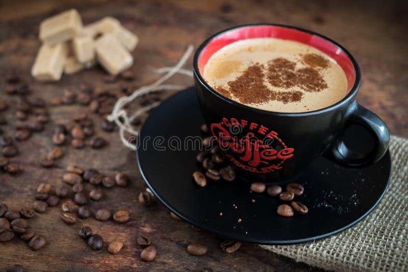 Tazza di caffè su un fondo di legno immagini stock libere da diritti
