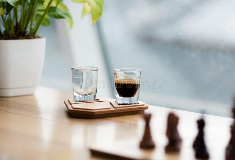 Tazza di caffè sul supporto di legno autentico fotografia stock