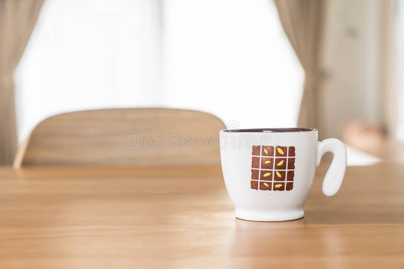 Tazza di caffè sulla tabella fotografie stock