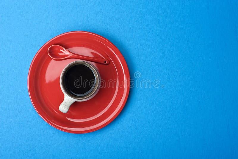Tazza di caffè sulla tabella blu fotografie stock