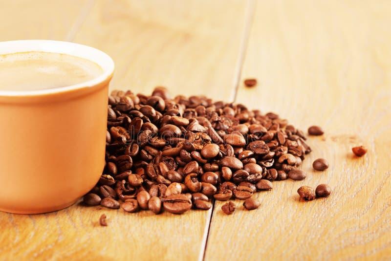 Tazza di caffè sulla tabella di legno fotografie stock libere da diritti