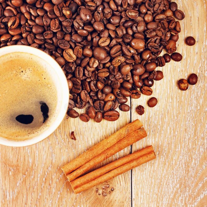 Tazza di caffè sulla tabella di legno fotografia stock libera da diritti