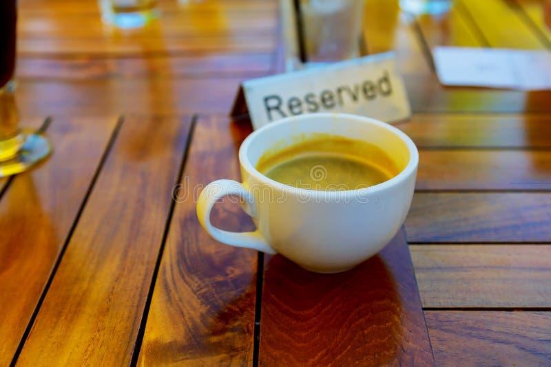 Tazza di caffè sulla tavola in caffè della caffetteria fotografia stock
