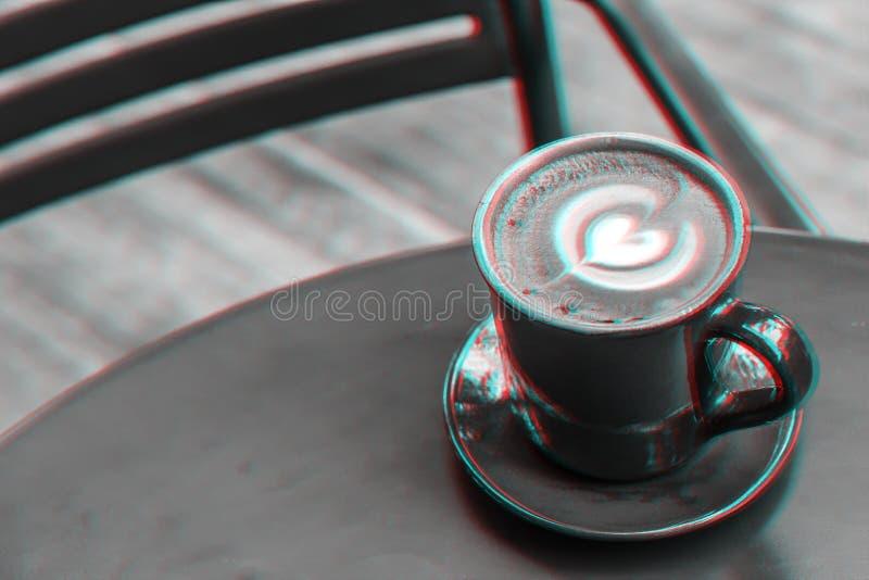 Tazza di caffè sulla tavola in caffetteria Caffè caldo del latte Caffè caldo Immagine di effetto di stile di impulso errato fotografia stock