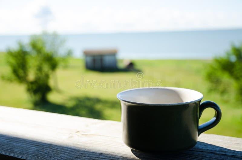 Tazza di caffè sulla veranda fotografia stock libera da diritti