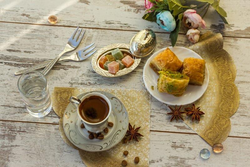 Tazza di caffè turco e di un piatto con la vista superiore della baklava immagine stock