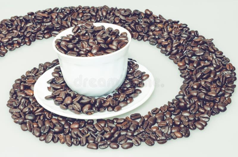 Tazza di caffè in un giro rapido del caffè immagini stock